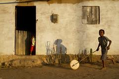 Tão simples ser feliz.../ So simple to be happy... (Lucille Kanzawa) Tags: boy brazil house brasil casa menino boyplaying catimbau buíque meninobrincando sertãodepernambuco hinterlandofpernambuco
