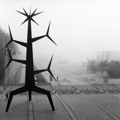 Lisboa, Homem-Sol (António Alfarroba) Tags: sculpture fog iron lisboa lisbon 120film escultura lissabon lisbonne parquedasnações expo98 ferro nevoeiro hasselblad501cm olivais jorgevieira ilustrarportugal