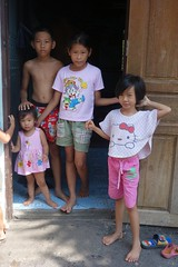 brother and sisters in a doorway (the foreign photographer - ) Tags: sisters portraits children thailand four brother bangkok sony doorway khlong bangkhen thanon rx100 dscmay72016sony
