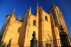 Catedral de Segovia (alfonsocarlospalencia) Tags: luz azul atardecer arte catedral luna ventanas pjaros segovia estatuas sombras recuerdos crepsculo sagrado maravilla gtica pinculos