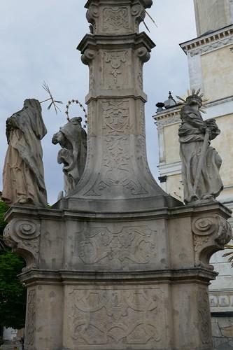 Środkowa część pomnika Trójcy Świętej (Klahr Starszy, 1739-42) na tle ratusza w Lądku Zdroju