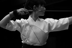 The dark arrow - Kyd  - japanese archery ( Ogawasan) Tags: bw japan kyoto martial beaut kai archer yumi japon kyudo vertu     vrit    kyd ogawasan     lavoiedelarc   kjudo   thefulldraw