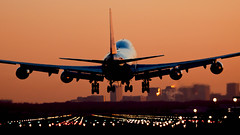 Coming home (Lennart Batenburg) Tags: amsterdam sunrise canon eos lights aircraft aviation boeing schiphol runway 747 100400 50d