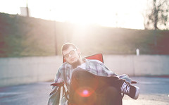 (Luis Hernandez - D2k6.es) Tags: light portrait sun green sol atardecer universidad cesped uab césped tirao