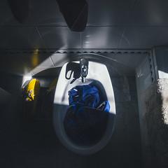#133 Parties génitales externes (Alcaparrón.) Tags: de bathroom lights shoes vans cuarto bidet baño higiene bidé