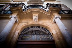 Palerme 230-1 (michelgonzalezphotographies) Tags: statue palermo sicilia entrée colonne sicile palerme portr ferforgé portecochère