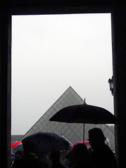 Geometric games (alestaleiro) Tags: paris france rain umbrella lluvia europa europe louvre geometry chuva francia paraguas piramide geometria guardachuva alestleiro