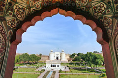 (z) Tags: city pakistan green architecture construction gate fort flag main entrance mosque straight za bagh lahore f28 oldcity masjid ssm walled alignment fortified grandeur  mughal badshahi maingate 1635mm darwaza  hazoori alamgiri widescape  variosonnart281635