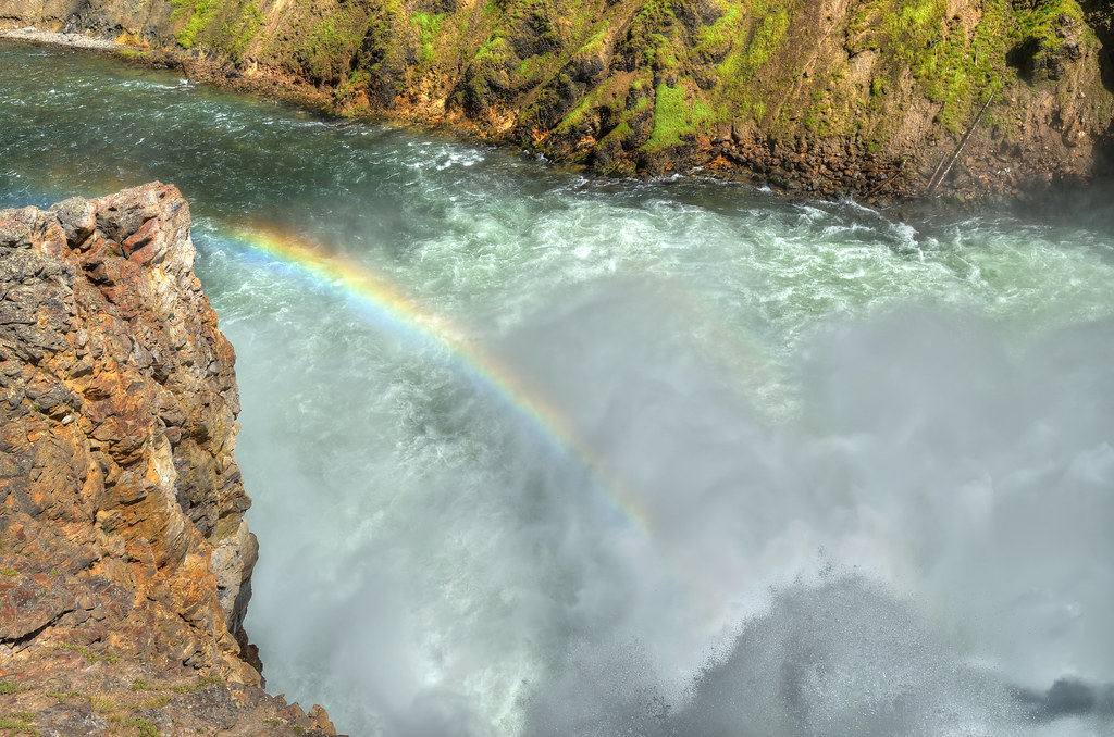 Rainbow over a waterfall in Yellowstone / 黃石公園瀑布旁的彩虹