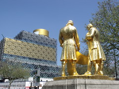 The Library of Birmingham - gold panels on the Shakespeare Memorial Room - Boulton, Watt and Murdoch statue (ell brown) Tags: greatbritain england statue bronze birmingham unitedkingdom civiccentre constructionsite buildingsite murdoch plinth westmidlands watt birminghamuk goldleaf mecanoo portlandstone boulton broadst centenarysquare jameswatt mecanooarchitecten matthewboulton thegoldenboys williammurdoch bloye boultonwattandmurdoch williambloye threestandingfigures gildedbronzestatue regilded libraryofbirmingham thecarpetsalesmen thelibraryofbirmingham raymondforbeskings groupeddiscussingdrawings partiallyrolledupplanofasteamengine richardwheatley shakespearememorialroom