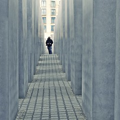 in between (bleibt fr dich) Tags: blue man berlin square blauw angle jan mann blau denkmal berlijn augenblick gedenken blickwinkel betrachtung ansichtssache denkmaldrbernach kwadratisch daartussen
