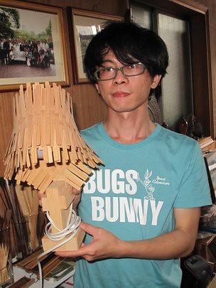 36岁的大学毕业生林立伟决定回家乡帮助父亲经营竹制品企业。