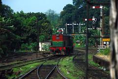 Sri Lanka railway (pontfire) Tags: voyage trip railroad travel holiday station train asia diesel gare rail loco trains trainstation trips locomotive asie srilanka ceylon vacancy kandy traveler lankan diesellocomotive ceylan srilankatrain locomotivediesel classm7 kandyrailwaystation pontfire locomotiveclassm7