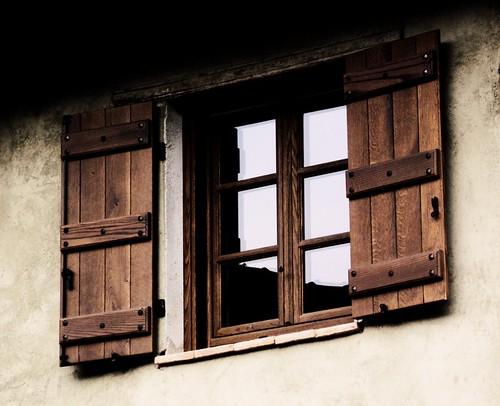 Finestra e scuri in legno con traverso