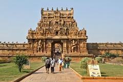Tanjore - l'entre du temple Brihadeshvara (Chemose) Tags: india architecture canon temple eos january entrance barefoot 7d thanjavur hindu hinduism janvier tamilnadu entre inde southindia dravidian tanjore hindouisme hindou piedsnus indedusud dravidien brihadeshvara
