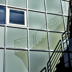 Reflets sur cour VG (vroniquegresse) Tags: reflets mtal ballustrade rampe mtalstructure