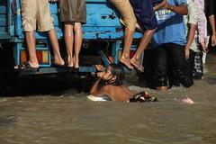 Surfin' in the street (Nitekite) Tags: canon cambodia kambodscha surfer surfing surfboard siemreap hochwasser spas regenzeit nitekite wettime