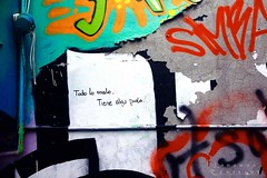 Todo lo malo, tiene algo de piola. (LEJZA) Tags: chile wall pared graffiti valparaiso colours colores aerosol frases bueno pedazo pintura letras valpo phrases piola lema