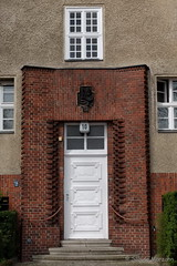 Nicht die Downing Street - aber Warmeckstrasse Nr 10 (Sockenhummel) Tags: door fuji eingang entrance finepix wilmersdorf tr x30 haustr fujfilm guesswhereberlin guessedberlin gwbsurfer321meins fujix30 warmeckstrasse