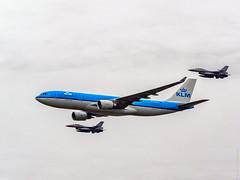 Flyby - KLM Airbus A330 & two F-16's- Luchtmachtdagen 2016 - Vliegbasis Leeuwarden (F. Berkelaar) Tags: leeuwarden friesland nederland nl koninklijkeluchtmacht defensie luchtmachtdagen luchtmachtdagen2016 leeuwardenairport flyby klm airbusa330 f16 vliegbasisleeuwarden frysln ljouwert fightingfalcon generaldynamics royaldutchairforce phaon klmroyaldutchairlines royaldutchairlines koninklijkeluchtvaartmaatschappij a330200
