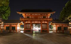 Yasaka I (Gorka Zarate) Tags: door japan luces arquitectura puerta nikon nocturna gion kioto dori japon templo santuario yasaka shijo d7100