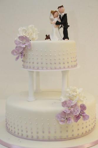 V 2 Stockige Hochzeitstorte Auf Saulen Lila Orchideen A Photo On