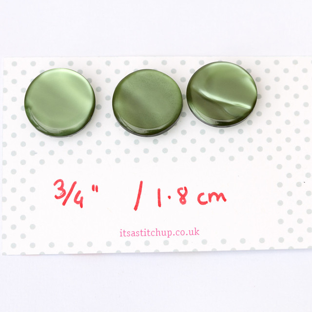 3 vintage green plastic buttons – 18mm