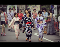 Yukatas in Higashiyama (Kyoto, Japan) [Explored] (Shanti Basauri) Tags: street ladies girls summer people urban japan japanese kyoto asia dress candid traditional moda young clothes yukata  kimono kioto kansai ropa  japn higashiyama  2011 japonia