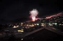 Lumineux (Carl Wilm) Tags: schnee mountain snow ski nature berg montagne nikon fireworks nieve neige montaa   feu dartifice fuegosartificiales skifahren feuerwerk laclusaz   esquiar