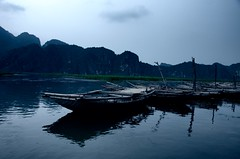 Waiting Boats (DPGold Photos) Tags: travel sunset sun mountains water landscape boats boat cool asia southeastasia vietnam ninhbinh northvietnam