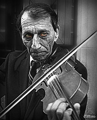 Listen to my sad melody (Franco DAlbao) Tags: street portrait bw musician calle retrato bn violin hungarian hngaro dalbao francodalbao samsungwb700