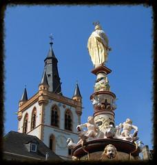 Blick vom Petrusbrunnen auf den Glockenturm der Marktkirche St. Gangolf (p_jp55 (Jean-Paul)) Tags: church germany deutschland kirche belltower allemagne glise trier rheinlandpfalz clocher glockenturm trves petrusbrunnen trier marktkirchesanktgangolf