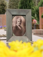 CIMITERO  DI CHIASSO .   CH (liliana holländer) Tags: g fiori con cimitero signora fotoceramica