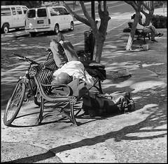 Bicicleta, banco & Dormilón (Bicycle, Bench & Sleeping Guy) (Samy Collazo) Tags: street light shadow bw luz bicycle canon bench puertorico sleep streetphotography banco bicicleta sombra pb bn sanjuan dormir bwphotography dormilon canonftbql kodakultramax400 kdak canon50mmfdf14 samycollazo plazaarturosomohano