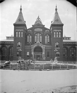 el Smithsonian adornó su Museo de 1900 con dos moais sacados en 1886