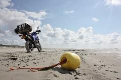 Vlieland - strand - noordwestenwind 4/5 (Dirk Bruin) Tags: net strand vlieland boei visserij vliehors strandjutten drijver jutten vondst jutterij aanspoelsel strandvondst aanspoelen strandvondsten jutbrommer