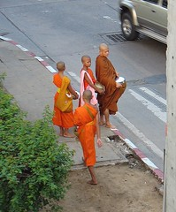 boys and their bowls (the foreign photographer - ) Tags: thailand highway crossing bangkok pedestrian monks novice rangsit laksi vibhavadi