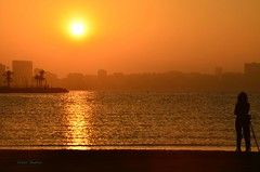 Esperando el momento. (CarlosVR) Tags: espaa beach silhouette sunrise contraluz spain playa alicante silueta backlighting amanece nikond700 carlosvr