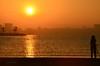 Esperando el momento. (CarlosVR) Tags: españa beach silhouette sunrise contraluz spain playa alicante silueta backlighting amanece nikond700 carlosvr