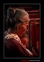 Close (jean-marc rosseels) Tags: colors canon indonesia kid child grandmother market candid mother surabaya pasar candidportrait eastjava canon7d pasarpabean jeanmarcrosseels