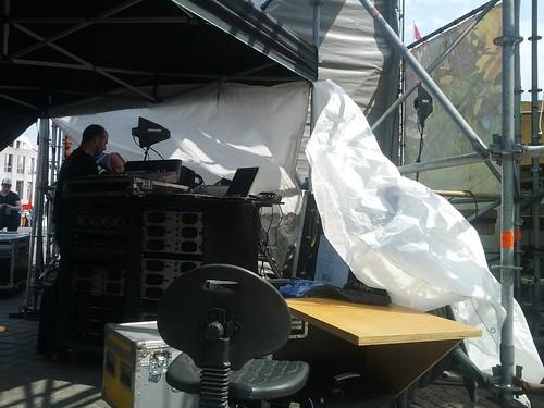 Backstage bij @Dancetour worden voorbereidingen getroffen voor eventuele buien
