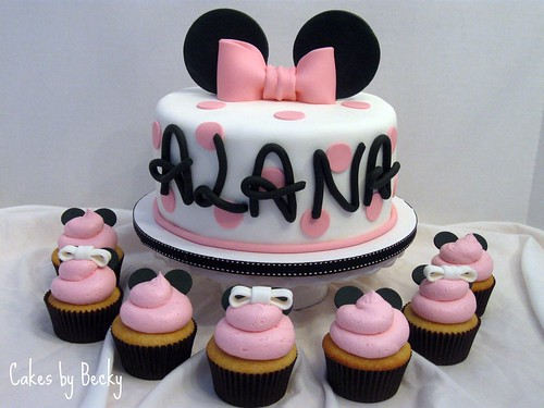 Minnie Mouse Cake with Matching Cupcakes