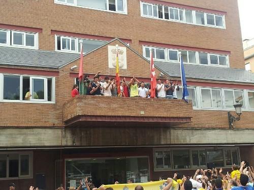 Los jugadores del Alcorcón en el balcón del Ayuntamiento