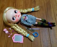 Alice fazendo traquinagens  (Marilene Andrade) Tags: dolls blythe takara hairstylist customdoll alicewonderland blythecustom dollhair rementflirtypink tartstea dollsbr