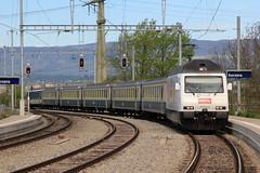 RegioExpress Neuenburg / Neuchtel => Bern mit BLS Lokomotive Re 465 004 Trubschachen mit Werbung fr Kambly und BLS EW I blau - creme a