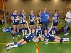 2014 MB1, kampioen hfdkl; Boven vlnr. Anniek, Sarena, Paulien, Dorien, tr. Fokke Meijer, Verena; Onder vlnr. Noor, Melissa, Jaël