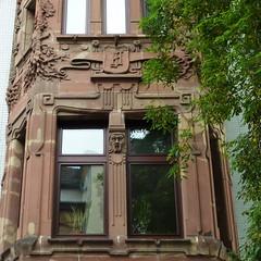 Saarbrcken (micky the pixel) Tags: building window germany deutschland witch fenster sandstein gebude fassade saarland saarbrcken kopf hexe erker tympanum steinmetzarbeit tympanon mozartstrasse