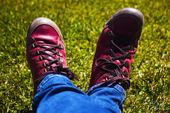 Esperando estoy (YoSoyEntropia) Tags: blue red verde grass azul photography shoe photo rojo shoes foto colores zapatos jeans fotografia detalles cesped vaquero
