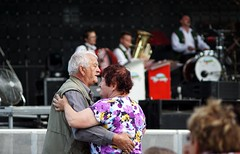 Countryside dancers - Carl Zeiss Jena DDR Sonnar 135/3,5 (petrwag) Tags: street czech carlzeiss