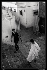 Dos amigos (meggiecaminos) Tags: friends bw white black amigos men blanco negro bn morocco marocco amici youngster marruecos bianco nero jovenes hombres asilah uomini adoquinado krikia